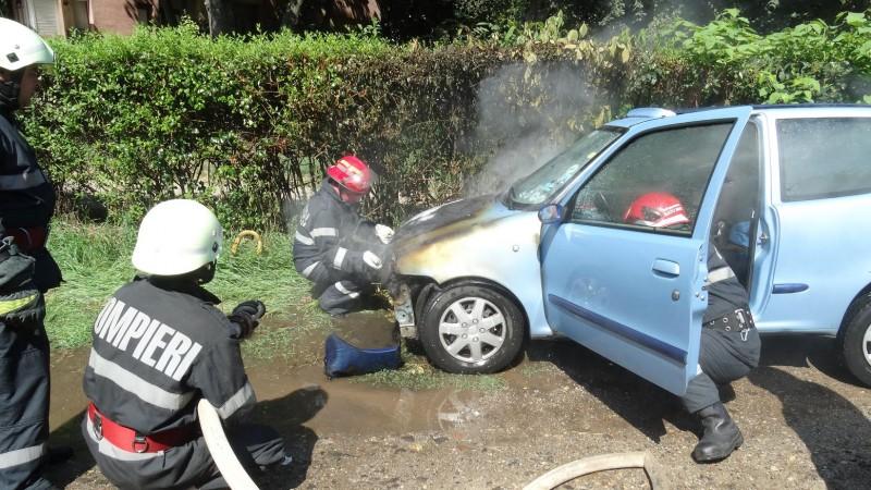 O mașină a luat FOC în CENTRUL municipiului Satu Mare