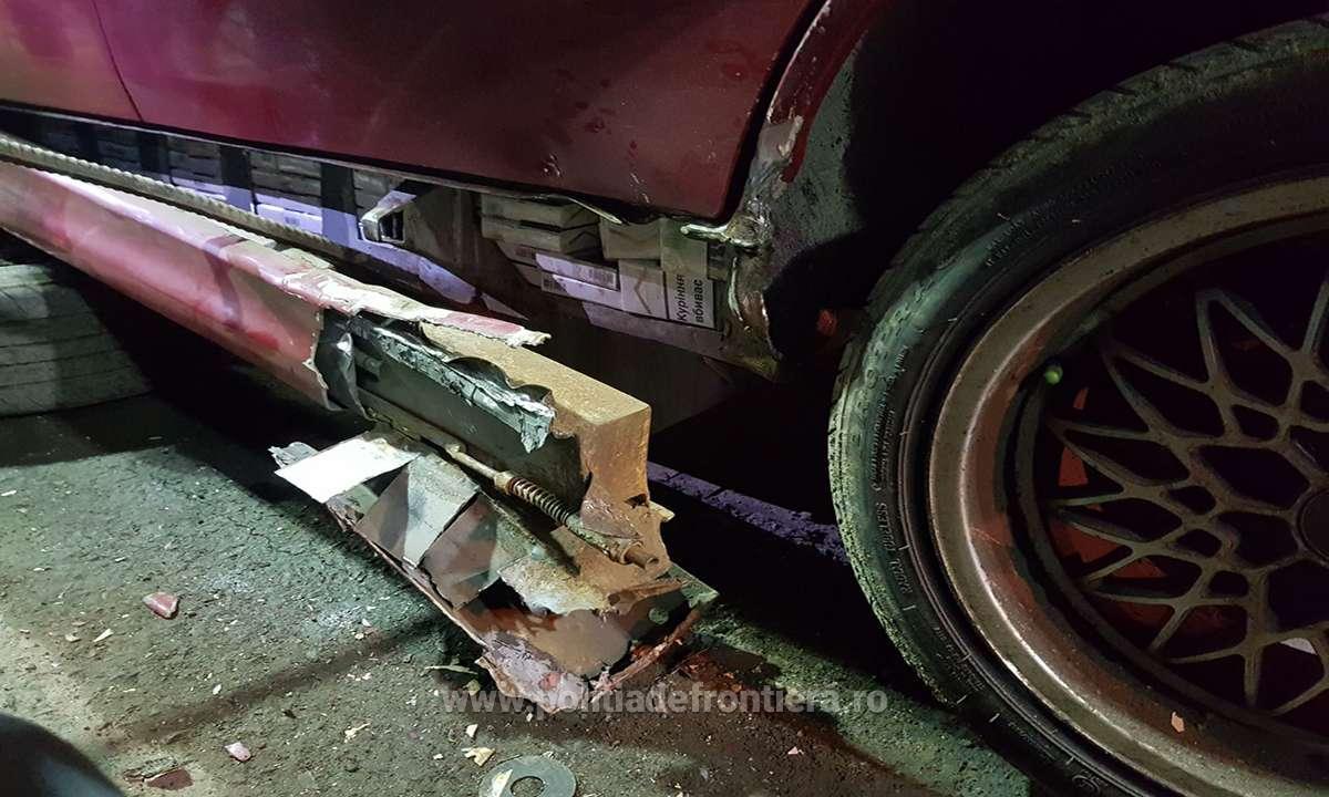 Țigări ascunse în podeaua mașinii, descoperite de polițiști