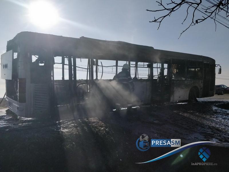 Autobuz cu pasageri, în flăcări