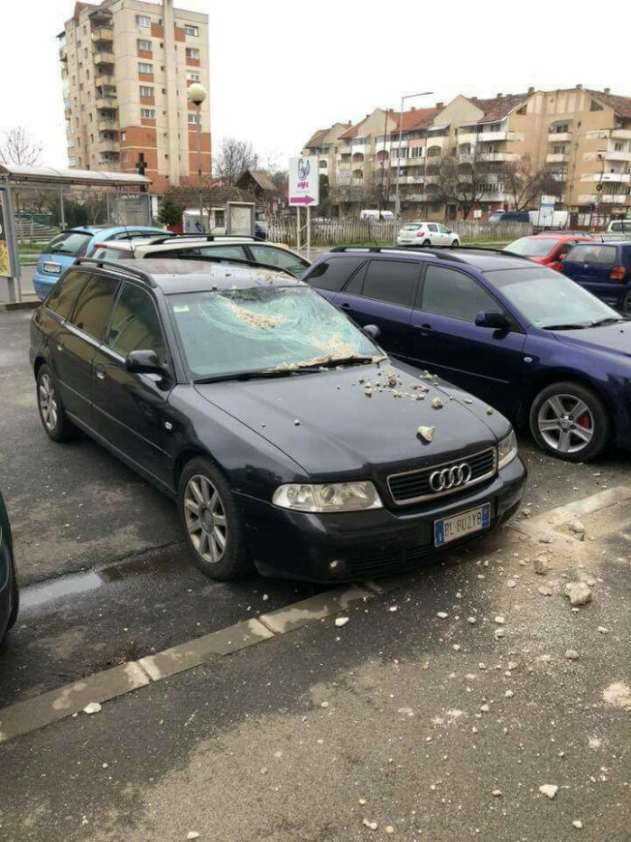 Tencuială desprinsă de pe bloc, căzută pe mașină