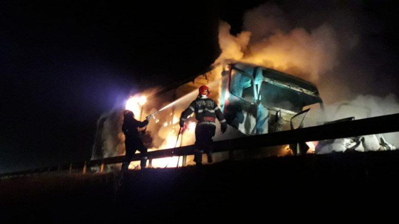 Ütközött, majd kigyulladt két autó, egy ember szénné égett